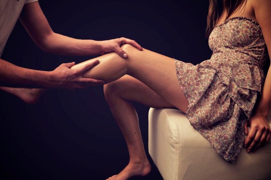 Мужчина ласкает ножки женские фото